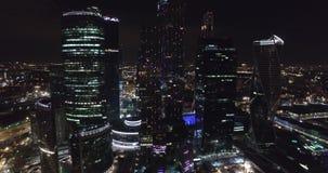 Affare di notte aereo che costruisce la città di Mosca video d archivio
