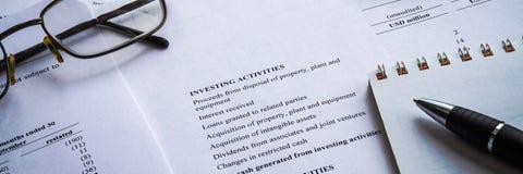 Affare di rappresentazione e rapporto di proventi finanziari contabilità fotografie stock libere da diritti
