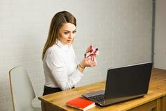 Affare e concetto dell'ufficio - donna di affari sorpresa che per mezzo del suo computer portatile Immagini Stock