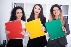 Affare e concetto dell'ufficio - gruppo felice di affari in ufficio Fotografia Stock Libera da Diritti