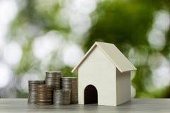 Affare e concetto finanziario della proprietà per il prestito immobiliare, l'ipoteca, il risparmio e l'investimento Un modello de fotografie stock