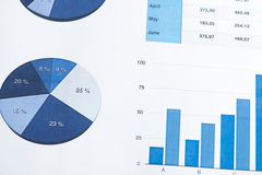 Affare e finanza dei grafici con una tastiera di computer Fotografie Stock