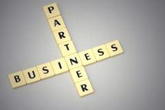 Affare e partner di parole su un fondo grigio Fotografie Stock