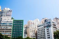 Affare ed edifici residenziali con il fondo del cielo blu Fotografia Stock Libera da Diritti