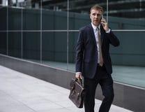 Affare facendo uso del concetto di lavoro occupato di discussione del telefono Fotografia Stock Libera da Diritti