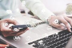 Affare facendo uso dell'introduzione sul mercato globale di applicazione dello Smart Phone sullo scrittorio Fotografia Stock