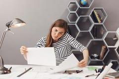 Affare, indipendente, concetto di lavoro di squadra Giovane bello architetto femminile confuso che si siede nel posto coworking,  Fotografia Stock