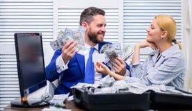 Affare, la gente e concetto di finanze Soldi sporchi holded in mani dall'uomo d'affari felice Uomo d'affari con soldi sopra immagini stock libere da diritti