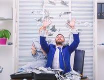 Affare, la gente e concetto di finanze Uomo d'affari che visualizza una diffusione di denaro contante Mercato finanziario Uomo al fotografia stock