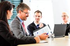 Affare - le persone di affari hanno riunione del gruppo fotografie stock