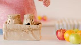 Affare moderno casalingo del succo di frutta di dieta sana video d archivio