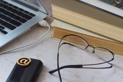Affare - natura morta Computer portatile, vecchi libri, il telefono su deskt immagini stock