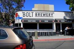 Affare popolare della distilleria, fabbrica di birra di Bolt, con traffico che passa l'entrata anteriore, San Diego, California,  fotografie stock