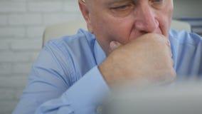 Affare sicuro e serio di Image Thinking Financial dell'uomo d'affari fotografia stock