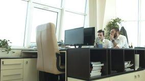 Affare, tecnologia e concetto dell'ufficio - due uomini d'affari con il computer e le carte del pc della compressa che hanno disc video d archivio