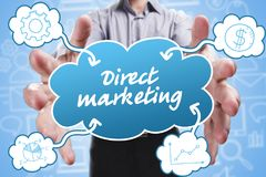 Affare, tecnologia, Internet e vendita Giovane uomo d'affari Fotografia Stock
