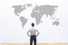 Affare universalmente, società internazionale, uomo d'affari che guarda l'AR la mappa di mondo fotografie stock