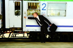 Affare: Uomo che precipita al treno immagine stock libera da diritti