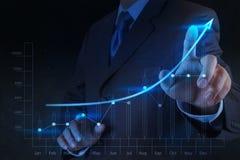 Affare virtuale del grafico di tocco della mano dell'uomo d'affari Fotografia Stock Libera da Diritti