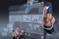 Affare virtuale del grafico di tocco della mano dell'uomo d'affari Fotografie Stock Libere da Diritti