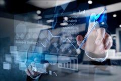 Affare virtuale del grafico di tocco della mano dell'uomo d'affari Immagini Stock Libere da Diritti