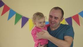Affari di famiglia - padre con la figlia del bambino in armi che ballano al partito archivi video