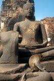 Affe, der auf altem Buddha sitzt Stockfotografie
