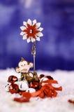 Affe, der einen Weihnachtskranz in den Händen einer Schneeflocke hält Lizenzfreie Stockfotografie