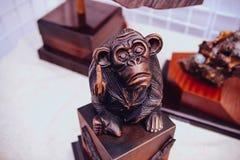 Affe gemacht durch hölzernes Herstellungsschraubenzeichen Lizenzfreie Stockbilder