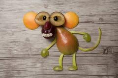 Affe gemacht mit Früchten auf hölzernem Hintergrund Stockbild