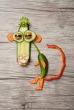 Affe gemacht mit Gemüse auf hölzernem Hintergrund Lizenzfreie Stockfotos