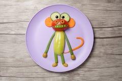 Affe gemacht vom Gemüse auf Platte und Brett Stockfoto