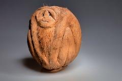 Affe geschnitzt von der Kokosnuss Stockfotografie