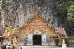 AFFE-HÖHLEN-TEMPEL THAILANDS CHIANG RAI MAE SAI Stockbild