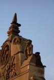 Affe hinter Affe-Statue Stockbild