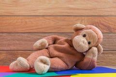 Affe-Puppe auf buntem Hintergrund Lizenzfreie Stockfotografie