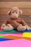Affe-Puppe auf buntem Hintergrund Stockfoto