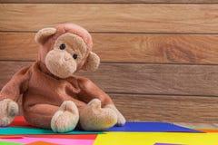 Affe-Puppe auf buntem Hintergrund Stockfotos