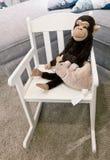 Affe-Puppe und Mäusepuppe auf Schaukelstuhl Stockfoto
