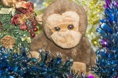 Affe-Spielzeug mit Dekorationen Stockbilder