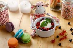 Affe- u. Eiscreme mit Beeren Stockfoto