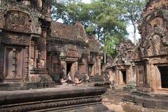 Affe- und Löwewächter, die an den Eingängen des Schongebiets am Tempel Banteay Srei des 10. Jahrhunderts sitzen Stockfotografie