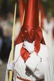 Affectez le pénitent tenant une paume pendant la semaine sainte image stock