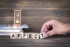 affectez Lettres en bois sur le bureau photos libres de droits