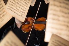 Affectez un violoniste jouant son instrument photos stock