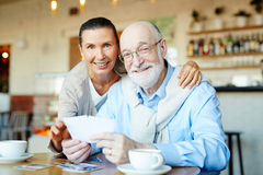 Affectionate grandparents Royalty Free Stock Photography
