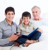 Affectionnate Vater und Sohnbesuchsgroßvater Lizenzfreies Stockbild