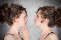 affektion är dubbel exponering flapp ur som henne, simulerar man ut systrar för s-showsyster för att koppla samman Royaltyfri Foto