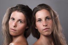 affektion är dubbel exponering flapp ur som henne, simulerar man ut systrar för s-showsyster för att koppla samman Arkivfoto
