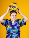 Affektiver Teenager, der mit Ball spielt Lizenzfreie Stockfotografie